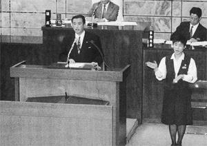 演壇脇に手話通訳者が入った高崎市議会の一般質問